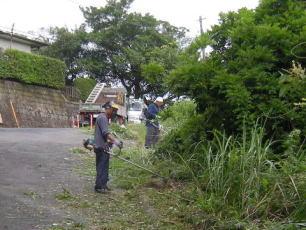 刈払機での草刈り
